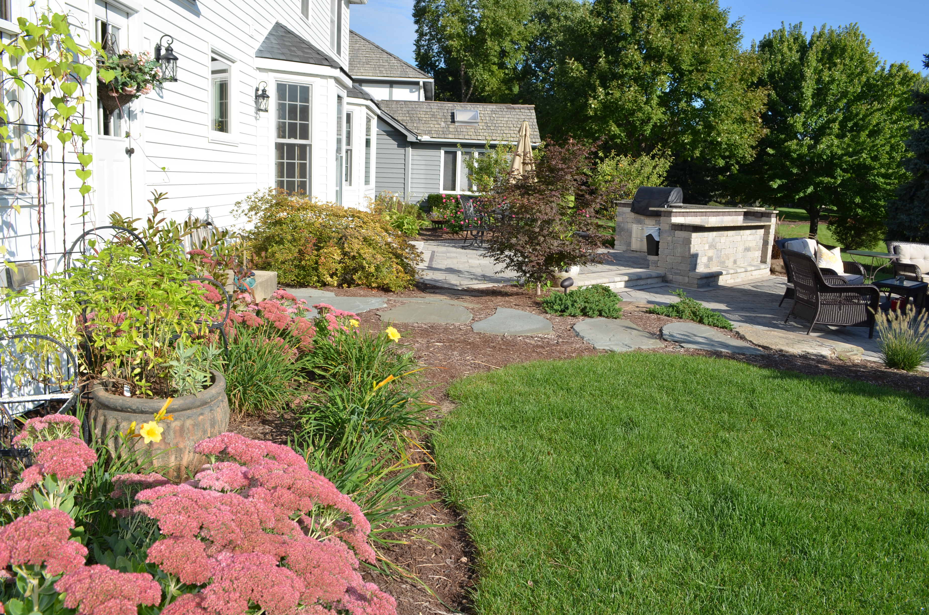 backyard landscaping tips simple tips for low maintenance backyard landscaping. Black Bedroom Furniture Sets. Home Design Ideas